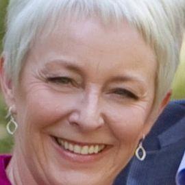 Pam Holloway Headshot